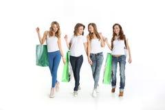 La camaraderie des belles femmes sur des achats Photo stock