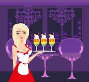 La camarera atractiva sirve bebidas coloridas Imagen de archivo libre de regalías