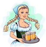 La camarera de la muchacha de Oktoberfest sostiene la bandeja de cerveza Fotografía de archivo