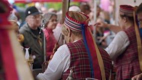 La camarera de la mujer en ropa popular vende la comida y la bebida en el festival de la ciudad almacen de metraje de vídeo