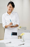 La camarera de sexo femenino toma orden Imagen de archivo
