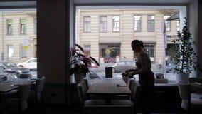 La camarera Served Table en un restaurante almacen de video