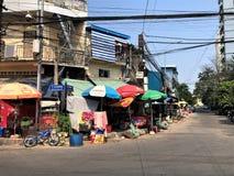 La Cambogia Phnom Penh Streetlife con i negozi fotografia stock
