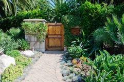 La Camera con prato inglese verde manicured il giardino del frontyard in vicinanza residenziale suburbana immagini stock