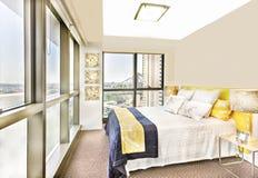 La camera da letto brillante con le progettazioni e le facilità si avvicinano al ponte Immagini Stock