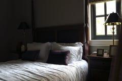 La camera da letto con luce e tonalità comparative ed intense Fotografia Stock