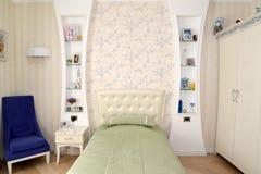 La camera da letto dei bambini nei toni leggeri Classici moderni con i rococò e Fotografia Stock