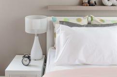La camera da letto del bambino con i cuscini e la lampada bianchi sul letto moderno Fotografia Stock Libera da Diritti