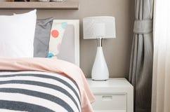 La camera da letto del bambino con i cuscini e la lampada bianchi sul letto moderno Immagine Stock Libera da Diritti
