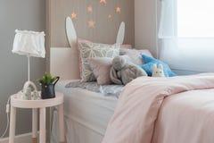la camera da letto del bambino con i cuscini variopinti immagini stock
