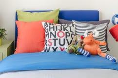 La camera da letto del bambino con i cuscini variopinti e le bambole Fotografia Stock Libera da Diritti