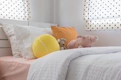 La camera da letto del bambino con i cuscini variopinti e le bambole Fotografia Stock