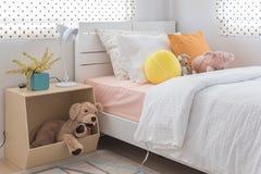 La camera da letto del bambino con i cuscini variopinti e le bambole Immagine Stock Libera da Diritti