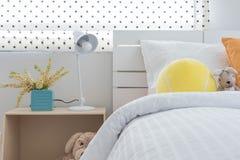 La camera da letto del bambino con i cuscini variopinti e le bambole Fotografie Stock Libere da Diritti