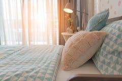 la camera da letto del bambino con il letto accogliente immagini stock libere da diritti