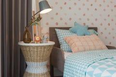 la camera da letto del bambino con il letto accogliente fotografie stock