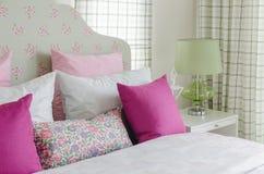 La camera da letto della ragazza con il cuscino rosa sul letto verde Fotografia Stock Libera da Diritti