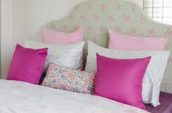 La camera da letto della ragazza con il cuscino rosa sul letto verde Fotografie Stock