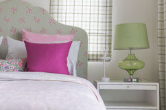 La camera da letto della ragazza con il cuscino rosa sul letto verde Fotografie Stock Libere da Diritti