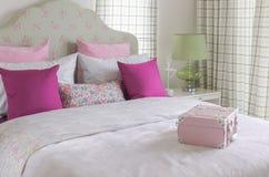 La camera da letto della ragazza con il cuscino rosa sul letto verde Fotografia Stock