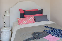 La camera da letto della ragazza con il letto ed i cuscini bianchi classici immagine stock libera da diritti