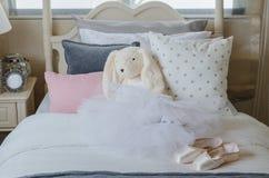 La camera da letto della ragazza con il vestito e le scarpe del balletto immagine stock libera da diritti
