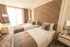 La camera di albergo moderna con il grande letto Fotografia Stock