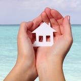 La Camera di carta in femmina consegna la spiaggia tropicale. Concetto Immagini Stock