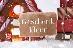 La Camera di pan di zenzero con la slitta, i fiocchi di neve, Geschenk Ideen significa le idee del regalo Immagini Stock Libere da Diritti