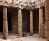 La camera di sepoltura antica con le colonne e la entrata della tomba numerano 3 alla tomba della necropoli in Pafo, Cipro del `  Immagini Stock