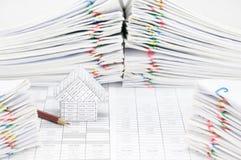 La Camera e la matita hanno documento della sfuocatura come priorità alta e fondo Fotografie Stock