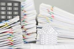 La Camera ha documento della sfuocatura con il calcolatore come priorità alta e fondo Fotografia Stock Libera da Diritti
