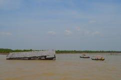 La Camera ha immerso nella linfa di Tonle fotografia stock