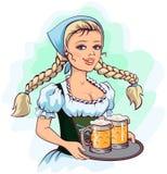 La cameriera di bar della ragazza di Oktoberfest tiene il vassoio di birra Fotografia Stock