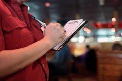 La cameriera di bar scrive l'ordine Fotografie Stock
