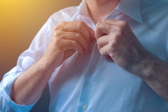 La camicia bianca dei bottoni dell'uomo d'affari con si tira sulle maniche di pieghettatura Fotografia Stock