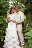 La caminata de recienes casados imagen de archivo libre de regalías
