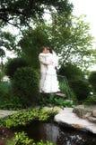La caminata de recienes casados fotos de archivo libres de regalías