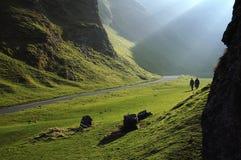 La caminata en montañas Fotografía de archivo libre de regalías