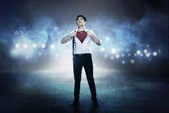 La camisa abierta asiática del hombre de negocios le gusta el superhéroe Fotos de archivo