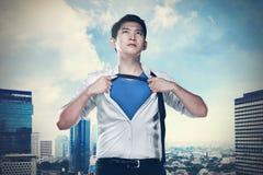 La camisa abierta asiática del hombre de negocios le gusta el superhéroe Foto de archivo libre de regalías