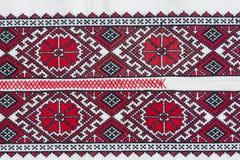 La camisa con el ucraniano nacional bordó colores rojos y negros Fotografía de archivo