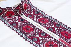 La camisa con el ucraniano nacional bordó colores rojos y negros Fotos de archivo