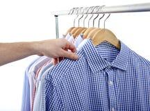 La camisa de la mano elige Fotos de archivo libres de regalías
