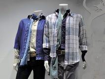 La camisa de los hombres azules de la tela escocesa Fotografía de archivo