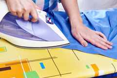 La camisa de los hombres planchados mujer Fotografía de archivo libre de regalías