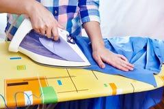 La camisa de los hombres planchados mujer Foto de archivo libre de regalías