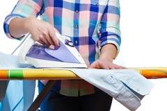 La camisa de los hombres planchados mujer Fotos de archivo libres de regalías