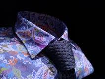 La camisa floral oscuro-envuelta de los hombres con el lazo azul del punto imagenes de archivo