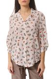 La camisa impresa floral del cortocircuito del verano en jóvenes de la mujer modela Imagen de archivo libre de regalías